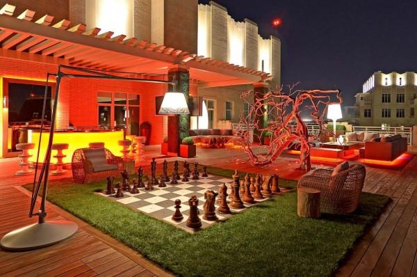 A cobertura da cidade é palco de uma dramaticamente iluminado espaço ao ar livre, mas divertido com tamanho real tabuleiro de xadrez.
