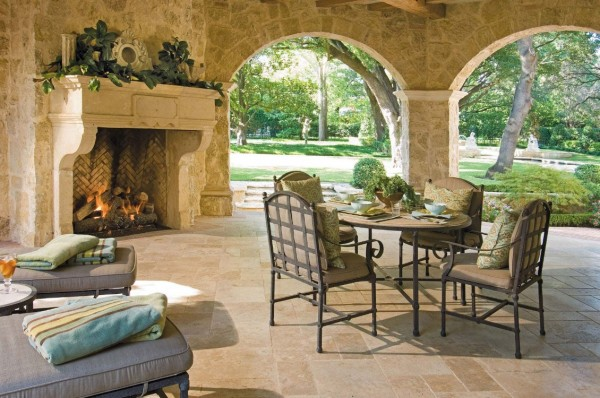 Mobiliário em ferro forjado é sempre uma escolha sábia e esteticamente agradável para decoração de qualquer espaço ao ar livre.  Este material clássico pode ser encontrado em qualquer estilo do tradicional ao moderno.