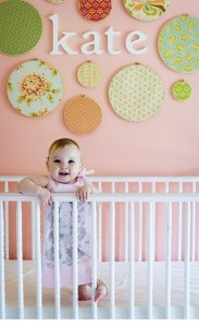 刺繍枠を使って壁を飾る