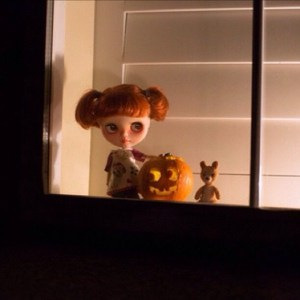 外に向けて窓を飾る