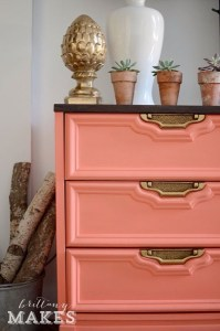 収納家具のつまみの色とデコレーション
