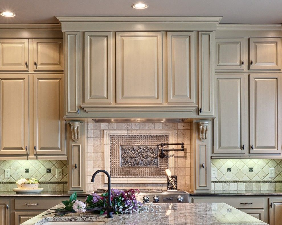 Starmark Cabinets For A Traditional Kitchen With Neutral Colors