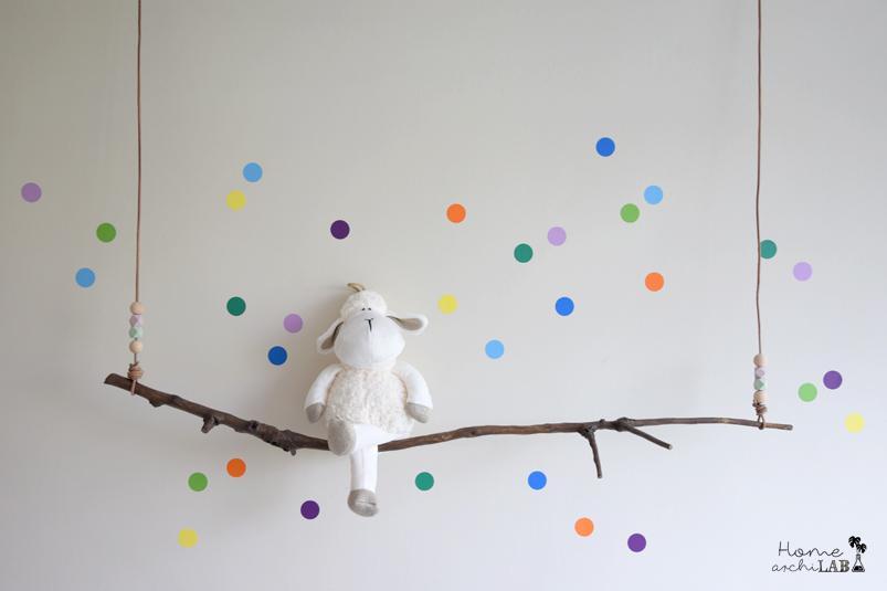 Decoración infantil con un ESTANTE COLUMPIO DIY fácil con una rama para sentar todos sus muñecos