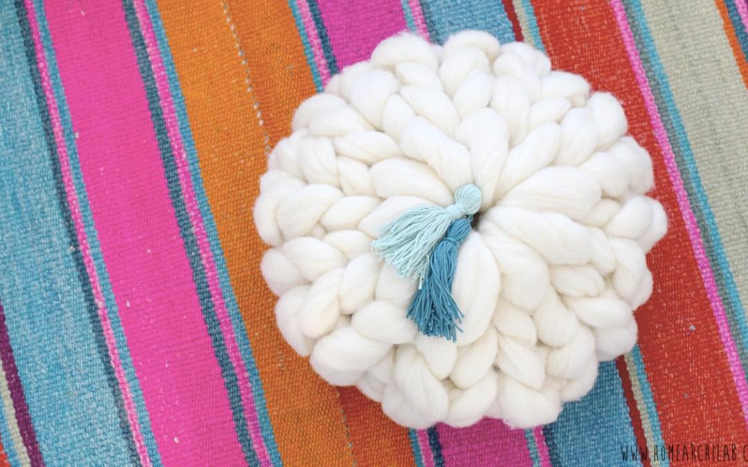 COMO HACER COJINES DE LANA XXL Video tutorial paso a paso donde aprenderás también como hacer borlas de lana