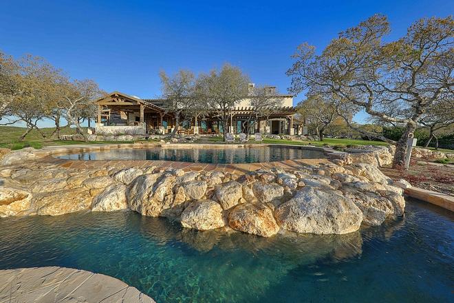 Pool Backyard Farmhouse with Pool backyard #pool #backyard #farmhouse