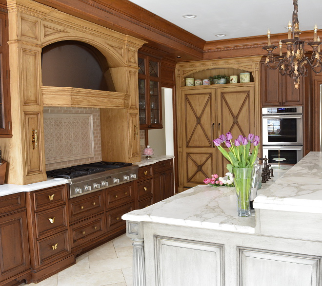 Tow toned wood kitchen Tow toned wood kitchen hood Tow toned wood kitchen hood wall cabinet all details on Home Bunch Tow toned wood kitchen #Towtonedwoodkitchen #kitchen #kitchenhoodwall