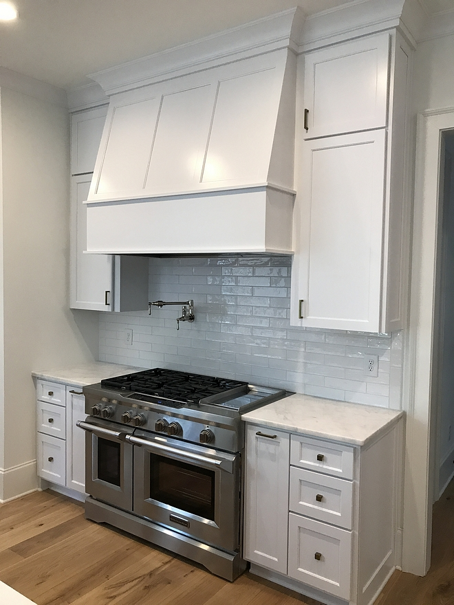 Super White PM-1 by Benjamin Moore Kitchen cabinet paint color is Super White PM-1 by Benjamin Moore Super White PM-1 by Benjamin Moore #cabinetpaintcolor #SuperWhitePM1byBenjaminMoore