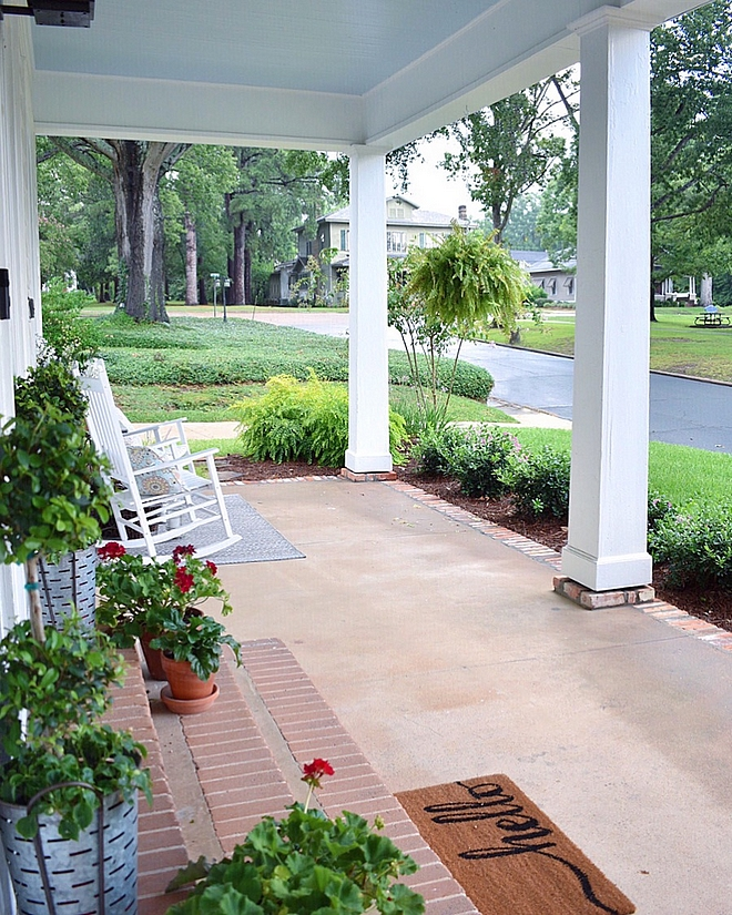 Tradtional Front Porch The cottage sits within a historic residential district and is surrounded by historic homes #Porch #traditionalfrontporch #traditionalporch #frontporch