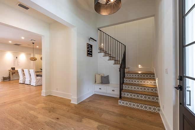 Benjamin Moore OC-117 Simply White Great white interior paint color to be used with White Oak hardwood flooring Benjamin Moore OC-117 Simply White #BenjaminMooreOC117SimplyWhite