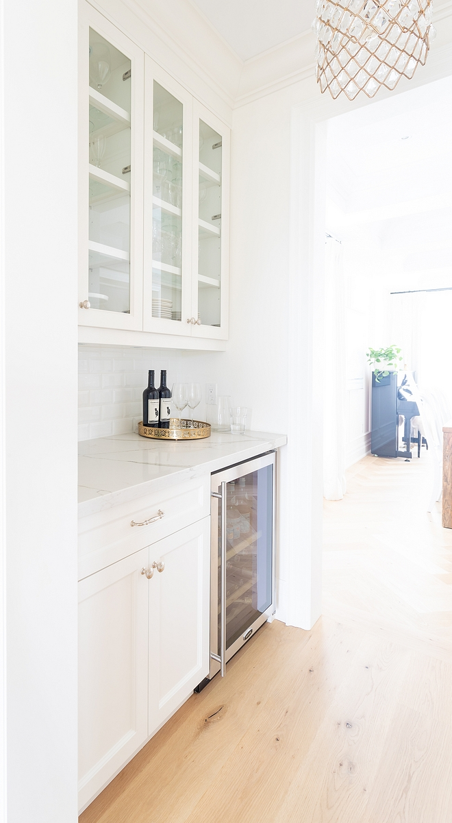 White Butlers Pantry A butler's pantry is located between the dining room and kitchen White Butlers Pantry White Butlers Pantry Ideas White Butlers Pantry #WhiteButlersPantry #ButlersPantry