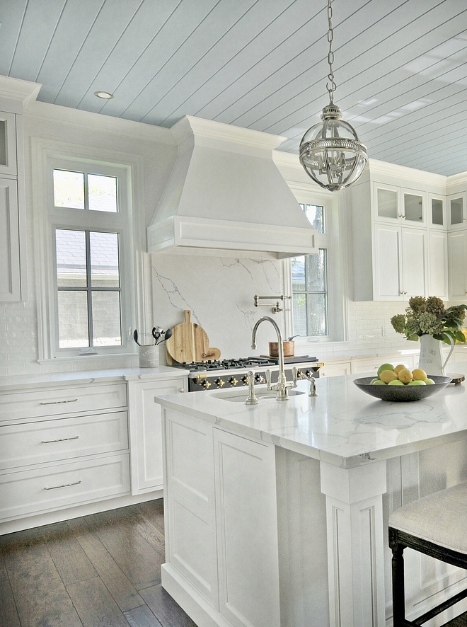 White kitchen with blue ceiling Classic white kitchen with painted blue ceiling Blue ceiling in white kitchen Kitchen Blue ceiling Plank ceiling #whitekitchen #blueceiling #kitchenceiling #kicthenblueceiling #plankceiling #paintedblueceiling