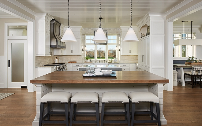 Featuring two islands, the kitchen is located in the center of the house and it has an inspiring layout #kitchen #twoislands #doubleislands #kitchendoubleislands