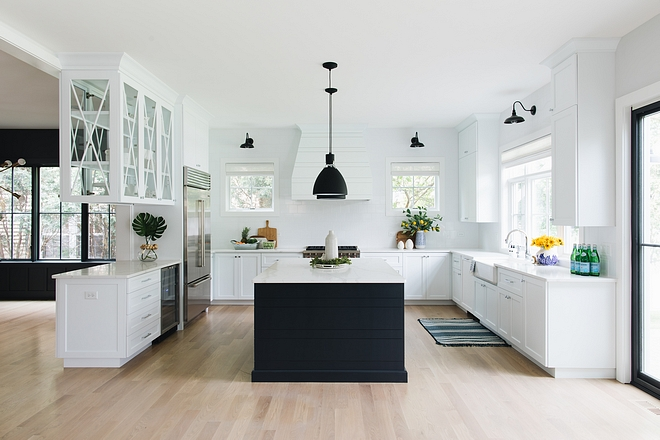 Black and white kitchen White modern farmhouse kitchen with large black island and black lighting #blackandwhitekitchen #blackandwhite #modernfarmhousekicthen #modernfarmhousekitchen