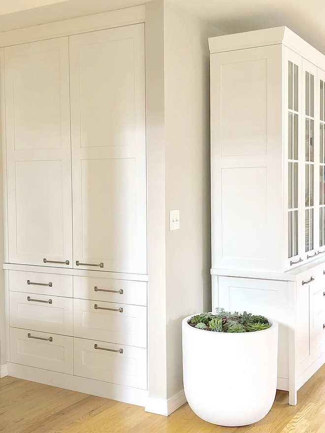 Kitchen wall and cabinet paint colors Wall paint color Benjamin Moore Balboa Mist OC-27 and cabinet paint color is Benjamin Moore Decorators White You simply can't go wrong with these two colors for wall and cabinetry Keep it in mind #kitchen #paintcolor #BenjaminMooreBalboaMistOC27 #BenjaminMooreDecoratorsWhite