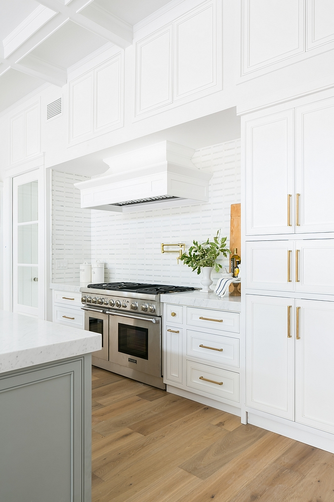 Kitchen upper cabinets without glass flanking hood and over hood to maximize storage Kitchen storage Kitchen upper cabinet storage ideas Kitchen upper cabinets without glass flanking hood and over hood to maximize storage #Kitchen #kitchenuppercabinets #kitchencabinetwithoutglass #kitchenhood