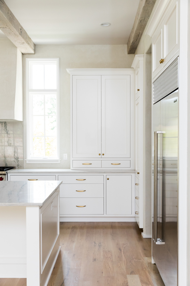 Sherwin Williams SW 7004 Snowbound Off white kitchen cabinet with brass hardware Cabinet paint color is Sherwin Williams SW 7004 Snowbound #SherwinWilliamsSW7004Snowbound #offwhitekitchen #offwhite #whitepaintcolor #whitekitchen #whitekitchenpaintcolor #whitecabinet #whitecabinetpaintcolor