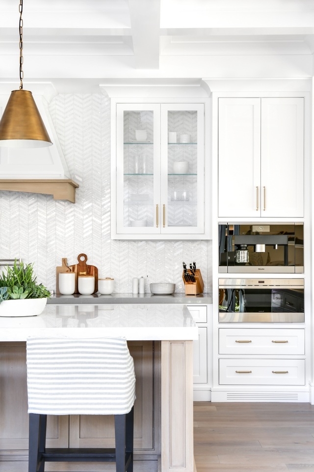 See through kitchen cabinet Glass cabinet See through cabinet Glass cabinets with glass shelves exposes the beautiful backsplash tile and gives an airy feel to this kitchen #glasscabinet #kitchen #cabinet #kitchenglasscabinet #Seethroughkitchencabinet