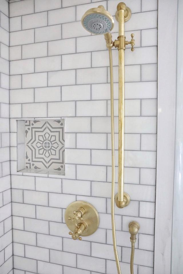 Bianco Dolomite subway tile on shower walls with Iron Grey grout Bianco Dolomite subway tile #BiancoDolomite #marblesubwaytile #marbletile