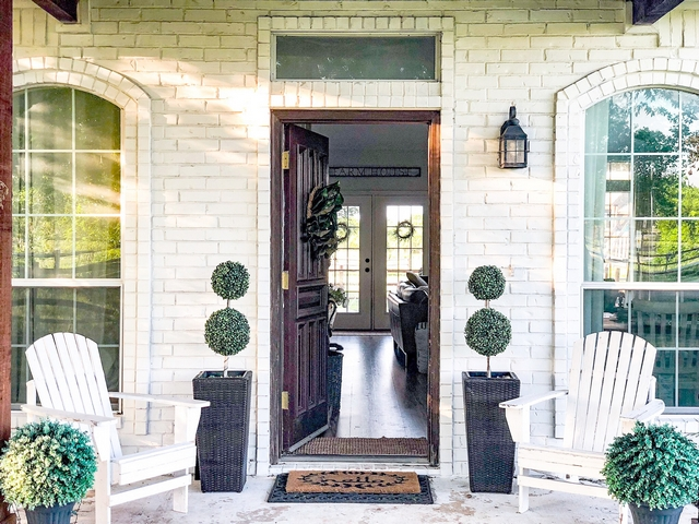 Painted brick Alabaster by Sherwin Williams with dark wood front tood and trim Farmhouse Alabaster by Sherwin Williams Front Porch Alabaster by Sherwin Williams brick #AlabasterbySherwinWilliams