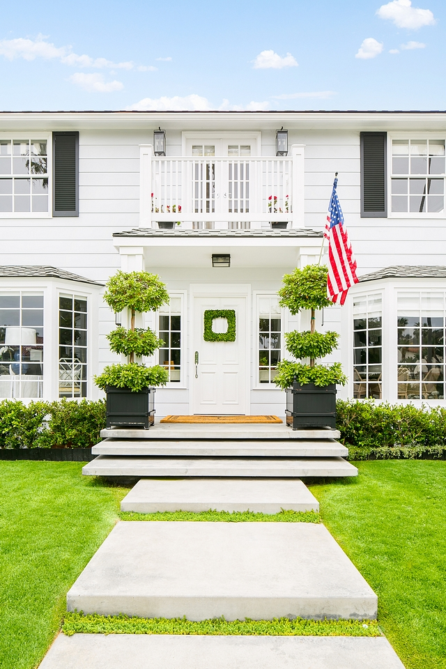 Classic Front Door White Front Door Classic home Take a look at the portico concrete steps They look as if they're floating Classic Architecture Classic Front Door White Front Door #ClassicFrontDoor #FrontDoor #Classicdoor #WhiteFrontDoor #Classicexterior #Classicarchitecture #portico #concretesteps