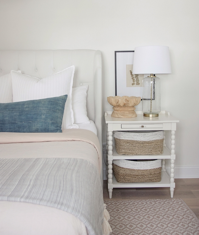 Nightstand Decor How to decorate a nightstand like an interior designer Don't add too much, keep it simple and clean White nightstand decor Nightstand Decor How to decorate a nightstand #NightstandDecor #Howtodecorateanightstand