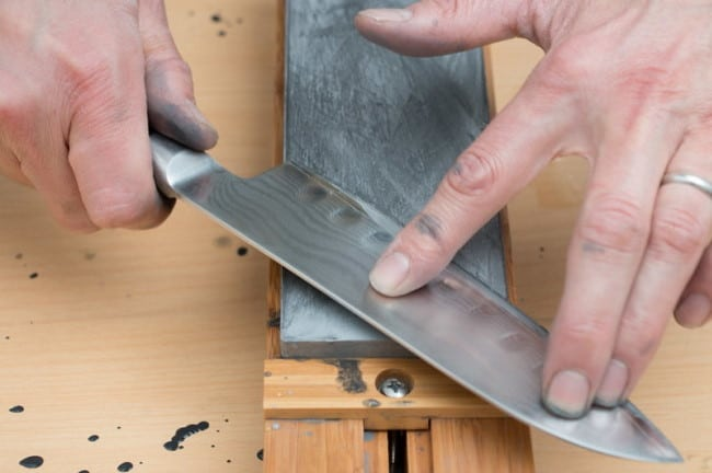Sharpening kitchen knives using whetstone