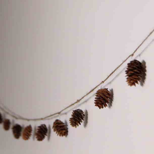 Simple Christmas Pinecone Garland | Home for the Harvest | www.homefortheharvest.com