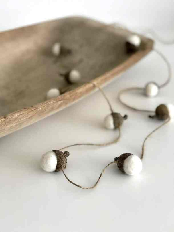 Here's a tutorial for how to make a felted acorn garland. It's such a cute natural Christmas decoration for a Scandinavian Holiday! #feltedacorngarland #feltedacorns #acorngarland #acornornaments