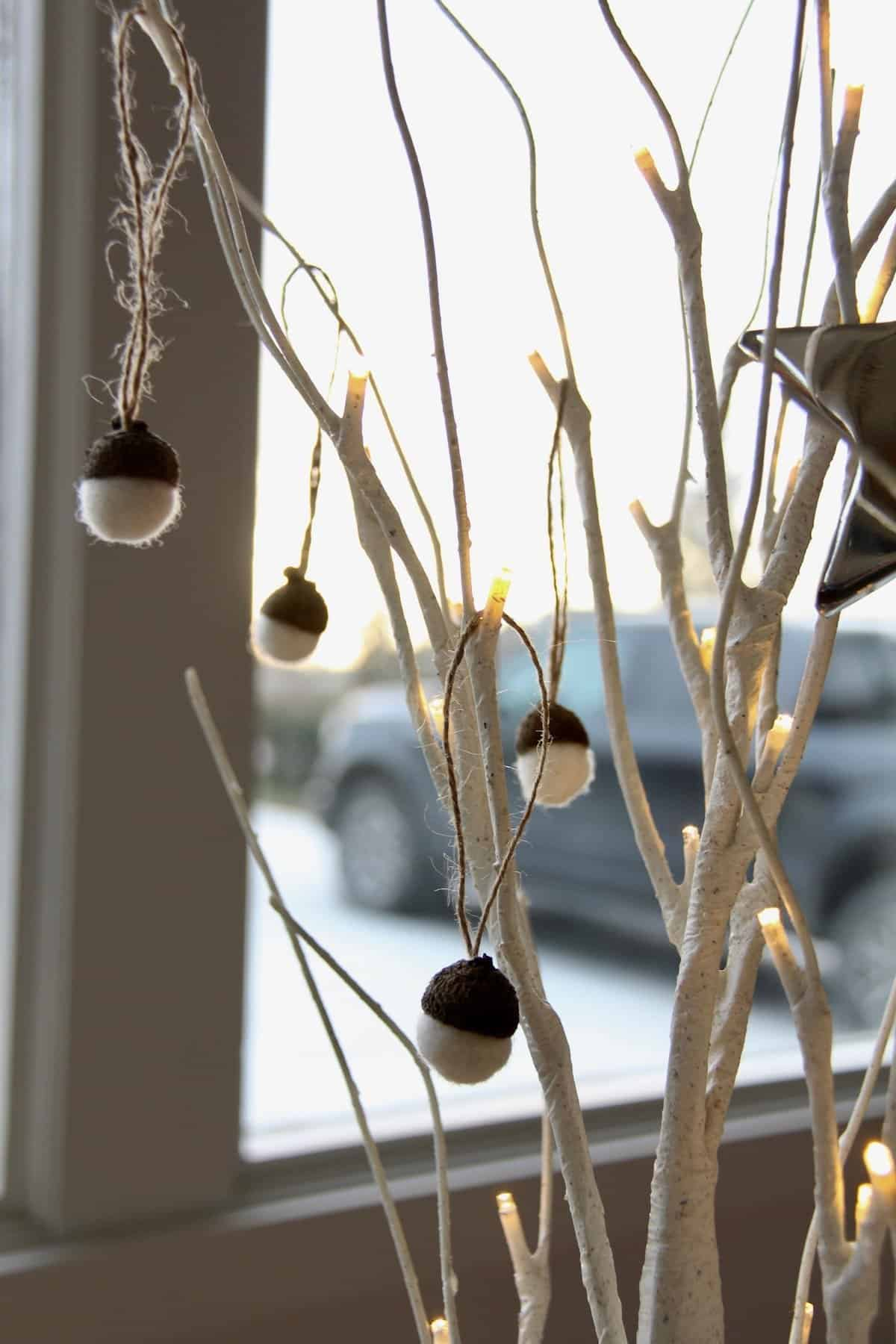 SO cute! Here's how to make these adorable wool acorn Christmas ornaments. These are the perfect natural Christmas ornaments to DIY this year. #woolacorns #woollenacorns #wetfeltedacorns #wetfelting