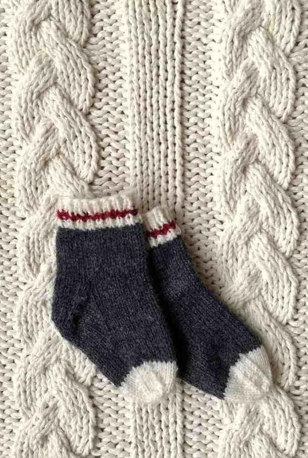 I love these adorable baby socks! They're mini baby work socks just like real lumberjack socks or monkey socks. Super cute! #babysocks #knitting #worksocks #babyworksocks