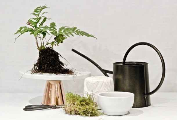 This ivy kokedama is actually super easy to make! String gardens and hanging moss balls can be made at home with this DIY tutorial #mossgarden #kokedama #hangingplant #houseplants