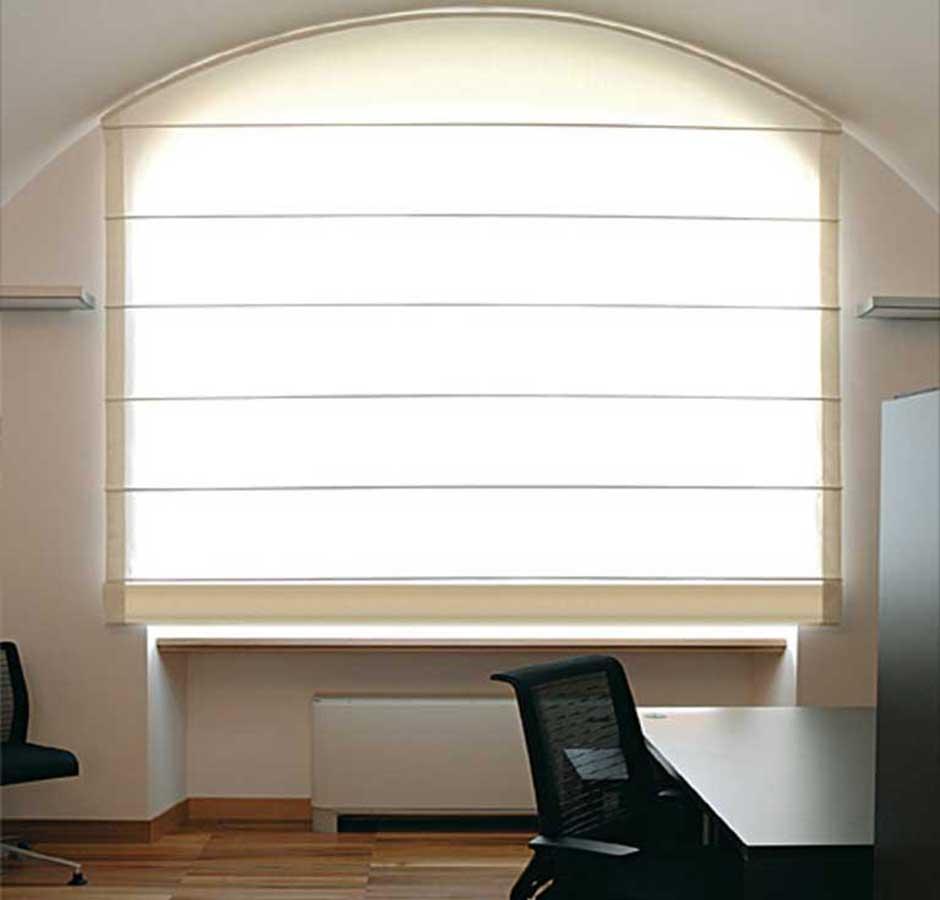 Grazie alla forma arcuata, direzionano sul soffitto i raggi di luce che penetrano nell'ambiente. Tende A Pacchetto Home Happening