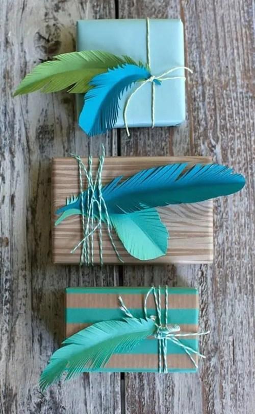 Emballage de cadeau original avec une plume