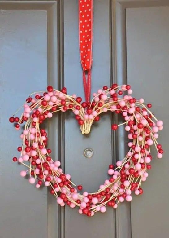idee de decoration de porte pour la saint valentin avec une couronne