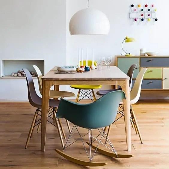 chaises eames depareillees autour de la table