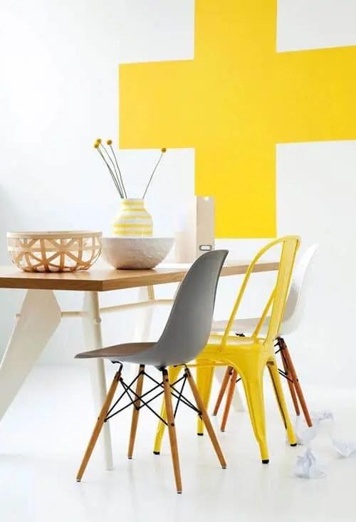 melange style scandinave et industriel autour de la table avec des chaises depareillees