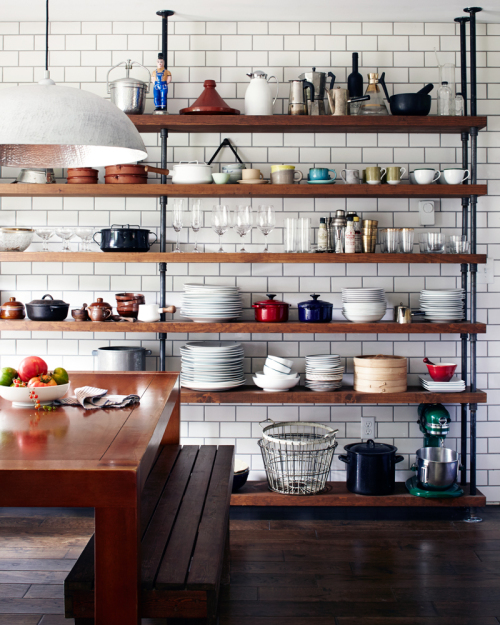 Étagères ouvertes dans une cuisine sur toute la hauteur du mur
