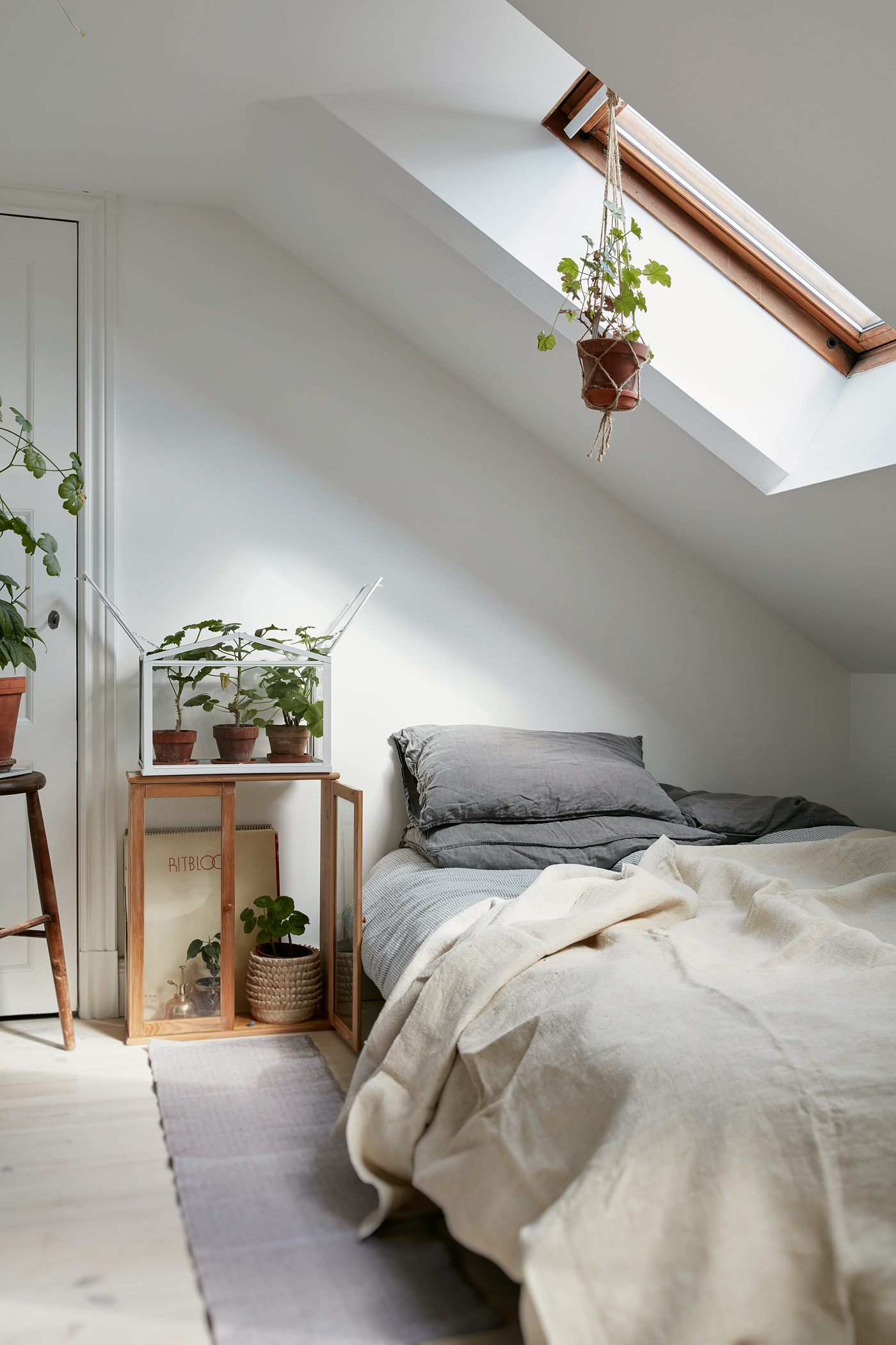 40 Minimalist Bedroom Ideas | Less is More | Homelovr on Minimalist Bedroom Ideas  id=27975