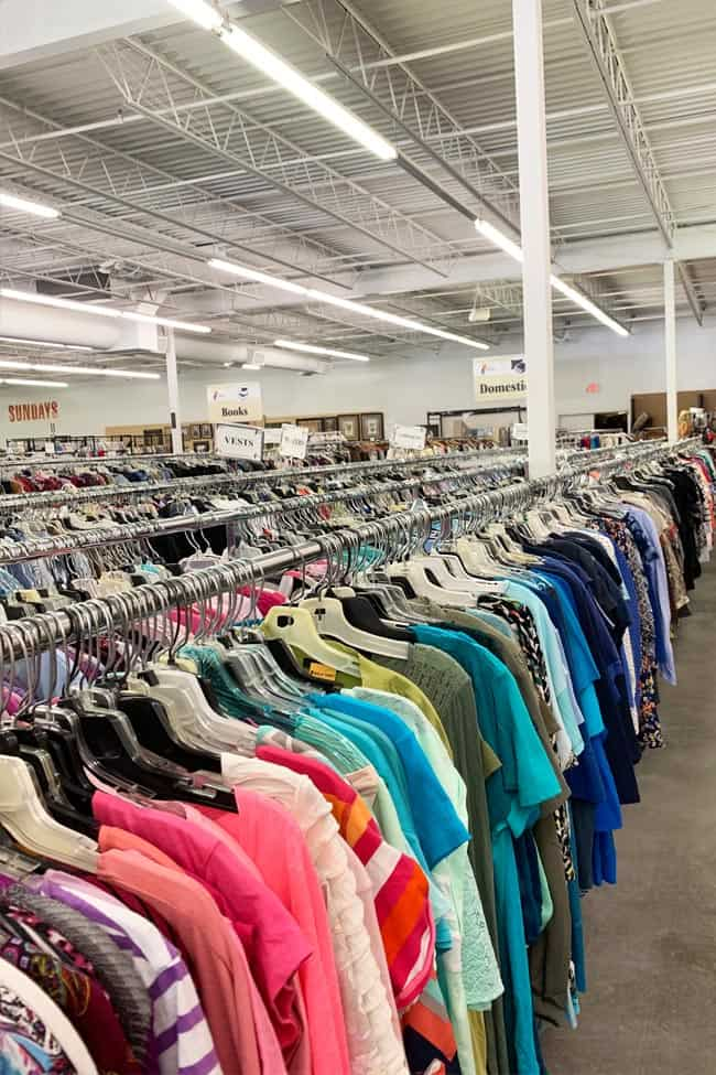 The ultimate guide for the absolute best days and times to go thrifting. You absolutely must know these tips before going to the thrift store!
