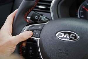 Retirar as mãos do volante, o mínimo possível. Os comandos no volante garantem que você tenha uma condução mais segura.