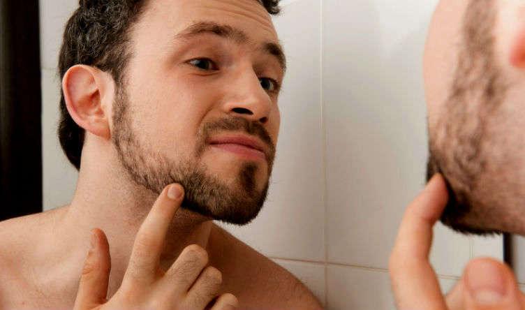 Homem-No-Espelho-Barba-rala-falhada-que demora-para-crescer