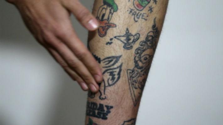 homem-no-espelho-cudados-com-as-tatuagens-8