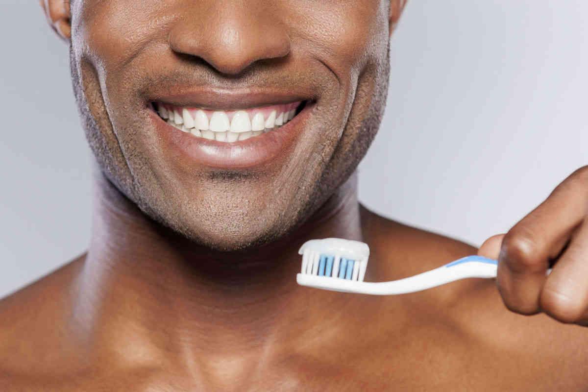 Homem-No-Espelho-Alimentos-que-mancham-os-dentes