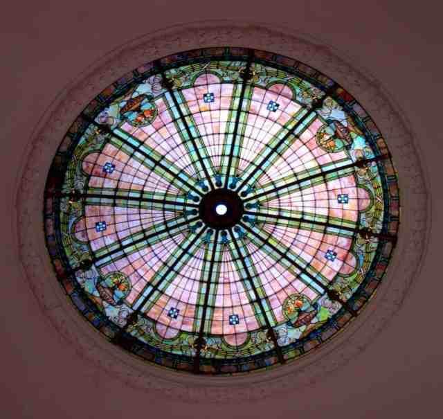 Asma tavan alternatifi olarak kullanılan tavanda yuvarlak vitraydır.