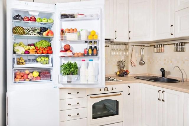 Meyve ve sebzelerle dolu buzdolabını açın.