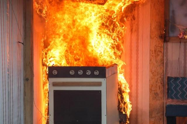 Alevler içinde mutfak sobası.