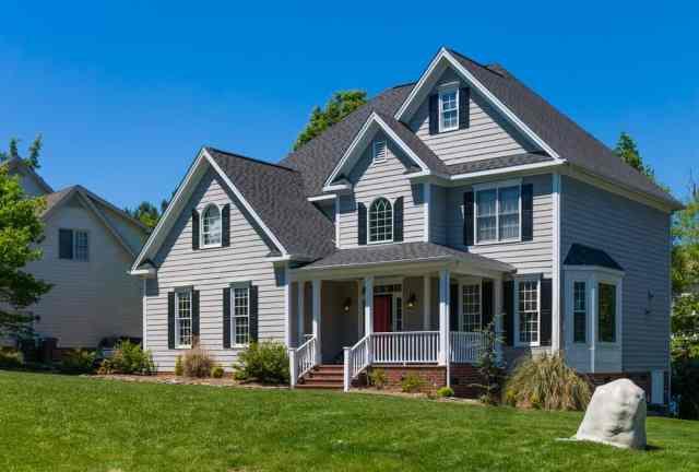 Geniş bir ön çim ile çok katlı aile evi.