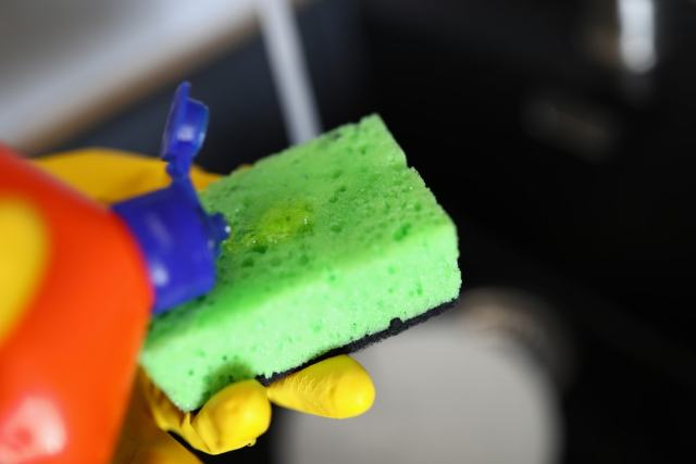 Bir süngerin üzerine dökülen bulaşık deterjanına yakından bakış.
