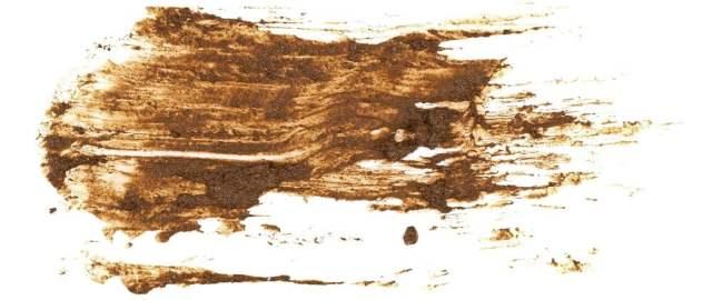 Beyaz bir yüzeyde kurumuş çamur lekesi.