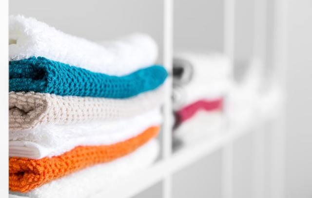 Keten dolaba yerleştirilmiş havlu yığınları.